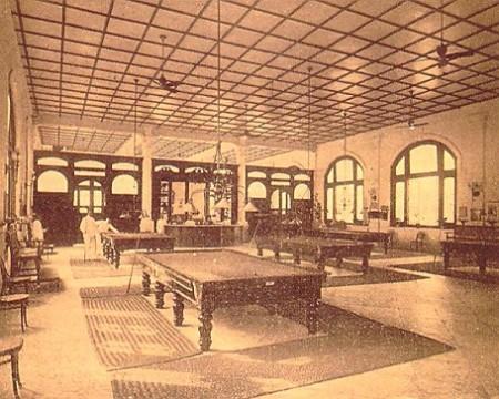 La-première-salle-de-billard-du-Raffles-Hotel-04-450x360