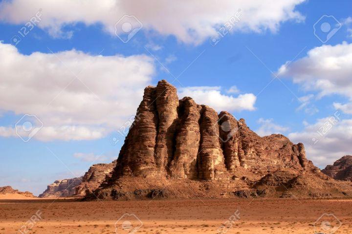 15277553-les-sept-piliers-de-la-sagesse-formation-rocheuse-le-désert-du-wadi-rum-en-jordanie-beau-paysage